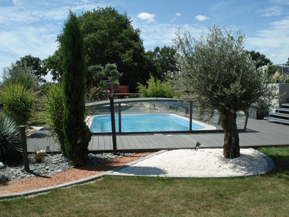 Coque de piscine polyester avec abri coulissant littoral for Piscine coque polyester morbihan