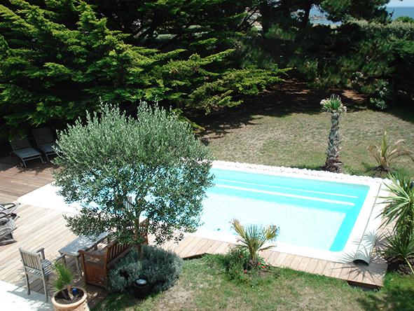 Piscine avec am nagements et bois exotique littoral piscines for Piscine coque polyester morbihan